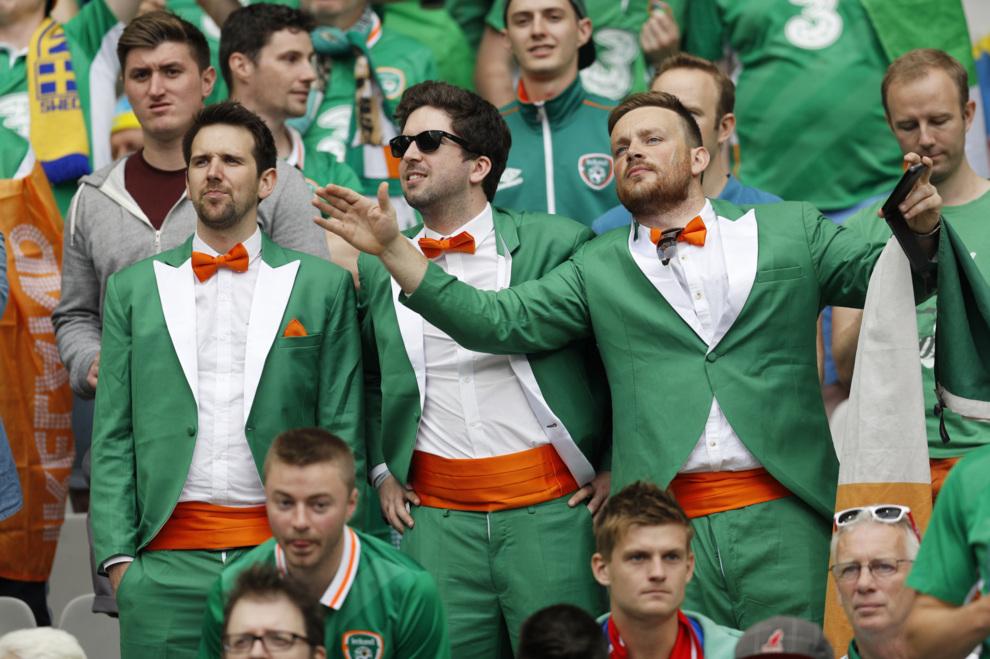 Tres aficionados de Irlanda, vestidos de etiqueta para la ocasión