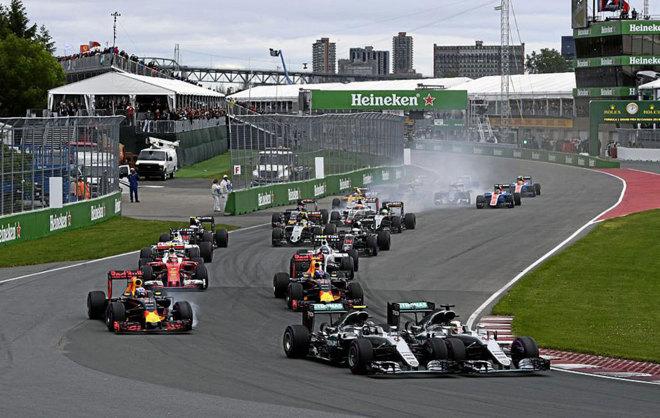 Hamilton y Rosberg llegan a la segunda curva en paralelo.