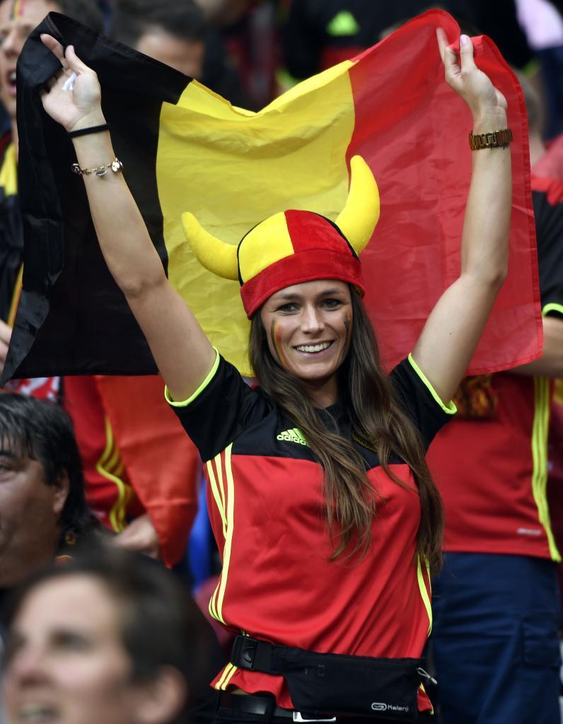 Una aficionada belga luce su bandera antes del partido en Lyon