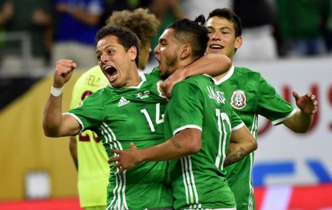 Chicharito y Corona, celebrando el tanto del empate ante Venezuela.