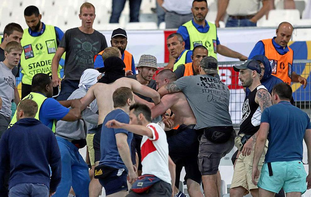 Aficionados peleándose en el Velodrome.