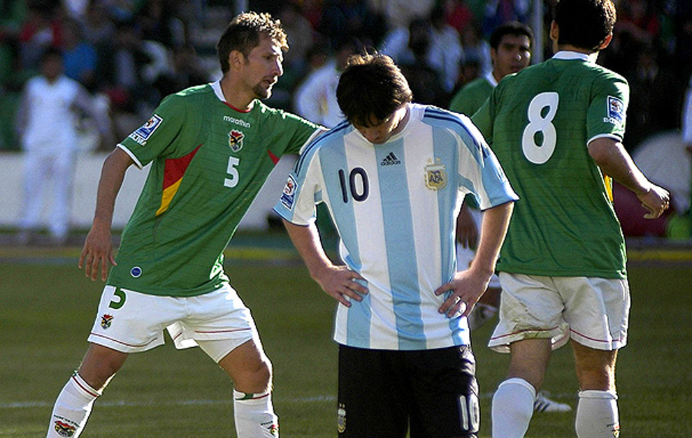 Messi cabizbajo en el partido frente a Bolivia en 2009