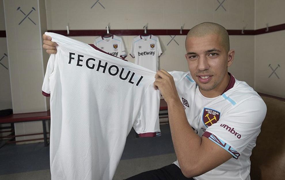 Feghouli posa con su nueva camiseta.