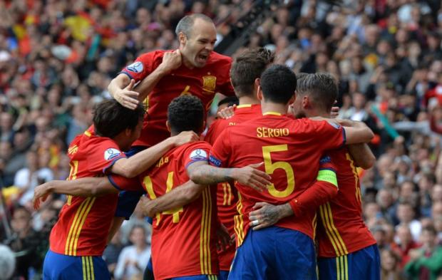 TOPSHOT - Spain apos s players celebrate after Spain apos s ... b6b8cd5bae176