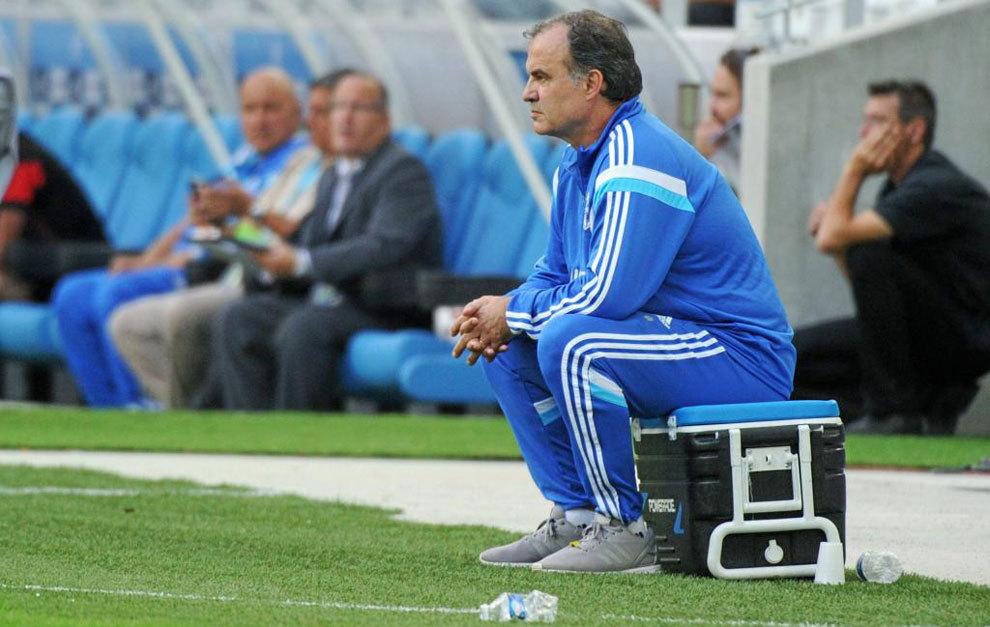 Marcelo Bielsa sentado en una nevera dirigiendo al Marsella.