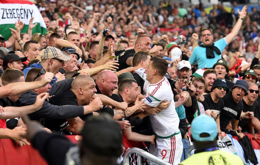 Szalai celebra con la afición húngara su gol.