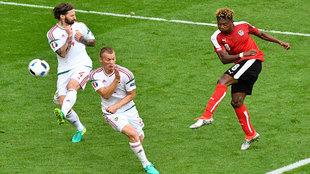 Alaba dispara a puerta en el partido frente a Hungría.