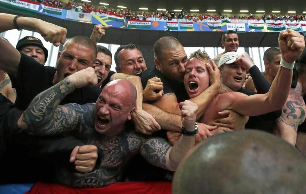 Balazs Dzsudzsak celebra con los aficionados de su país la victoria...