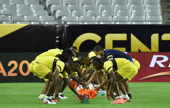Los jugadores de Ecuador realizan ejercicios de entrenamiento.