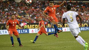 Alexis se eleva y anota de cabeza el cuarto gol de Chile.
