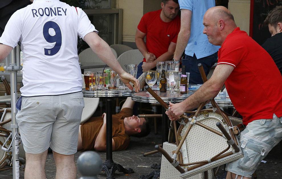 Pelea entre aficionados rusos e ingleses en Lille.