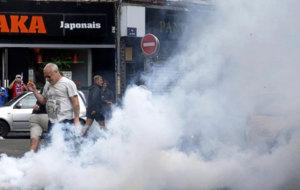 La policía francesa dispersó con gases a los aficionados que...