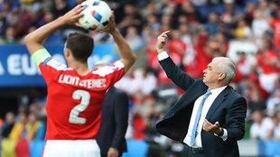 Iordanescu da instrucciones durante el partido.