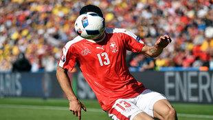 La pelota cubre la cara del lateral suizo Ricardo Rodríguez.