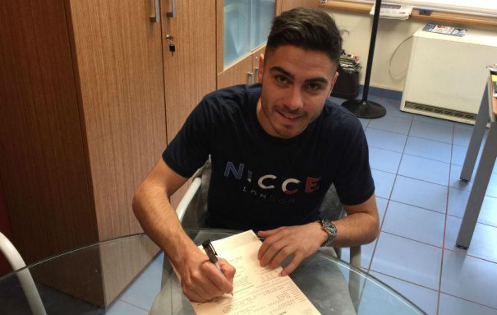 El jugador durante la firma del contrato