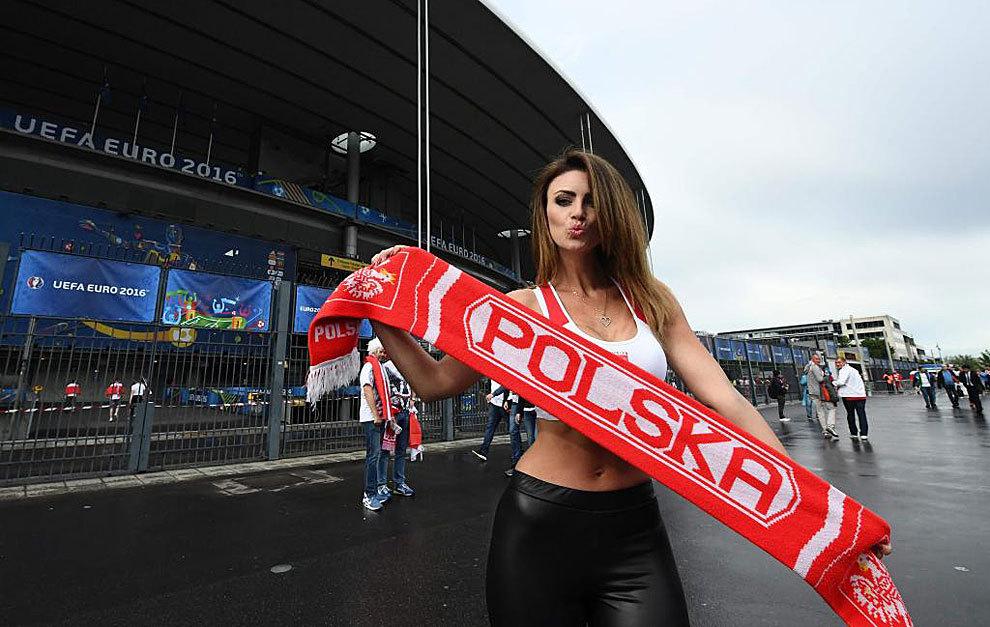 Una aficionada polaca a las puertas del Stade de France.