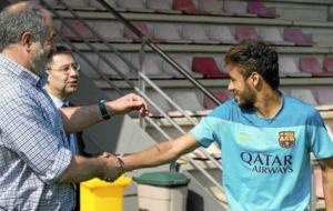 Neymar saluda a Zubizarreta mientras bromea con Bartomeu