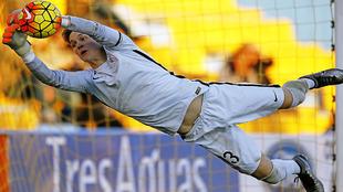 Álex Remiro se estira para detener un balón durante un partido esta...