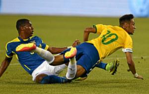 Neymar, en la derecha de la imagen, en un partido con Brasil.