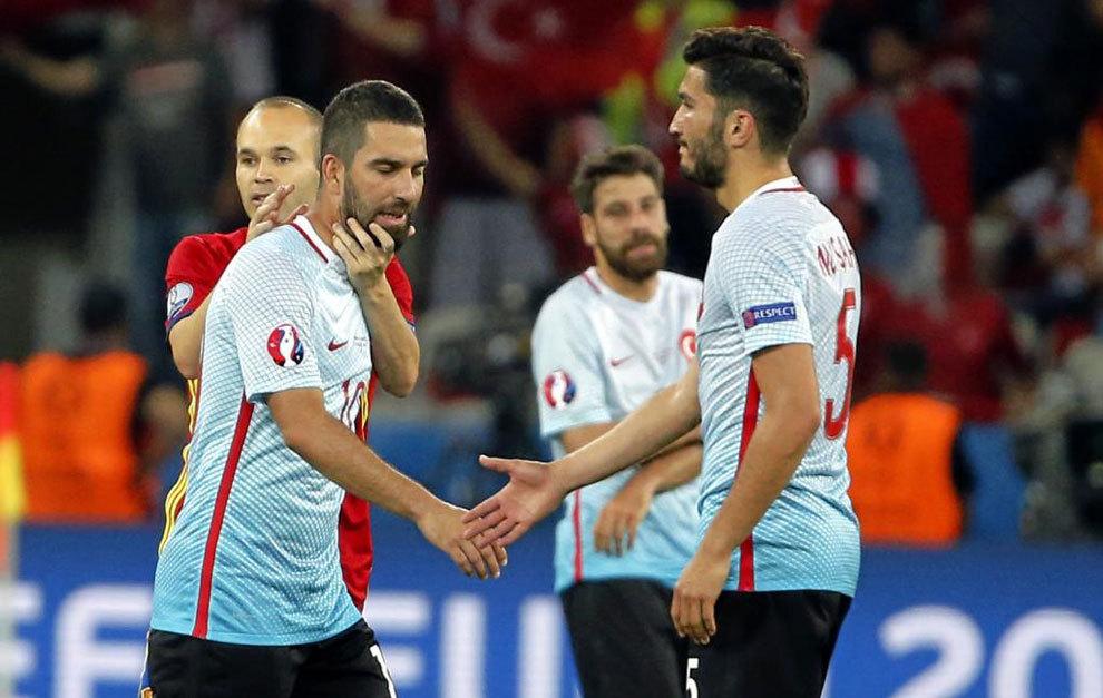 Sahin saluda a Arda tras el partido.