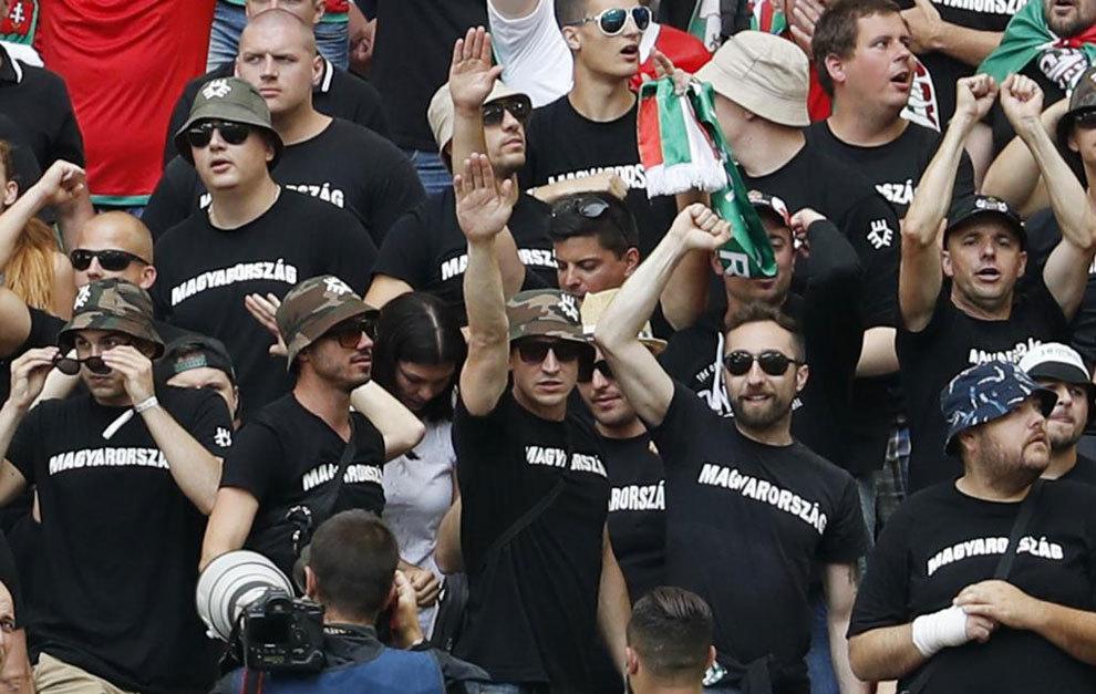 Ultras neonazis húngaros en la grada del Vélodrome.