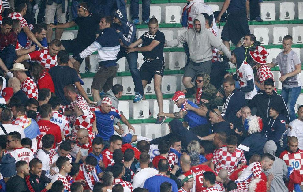 Ultras croatas se pelean en la grada ante Chequia.