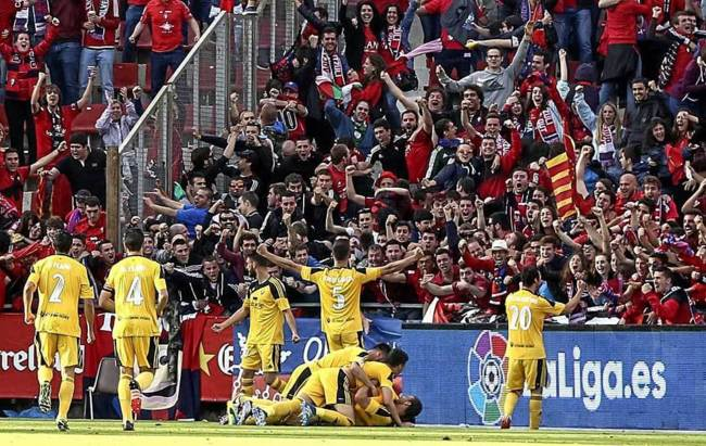 Kodro y sus compañeros celebran el gol que certifica el ascenso de Osasuna en Montilivi