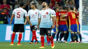 Arda Turan se lamenta tras el 3-0 de España, obra de Álvaro Morata.