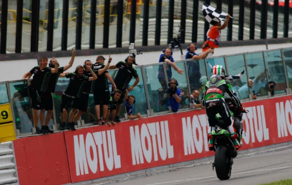 Rea cruza la meta bajo la bandera a cuadros siendo felicitado por su...