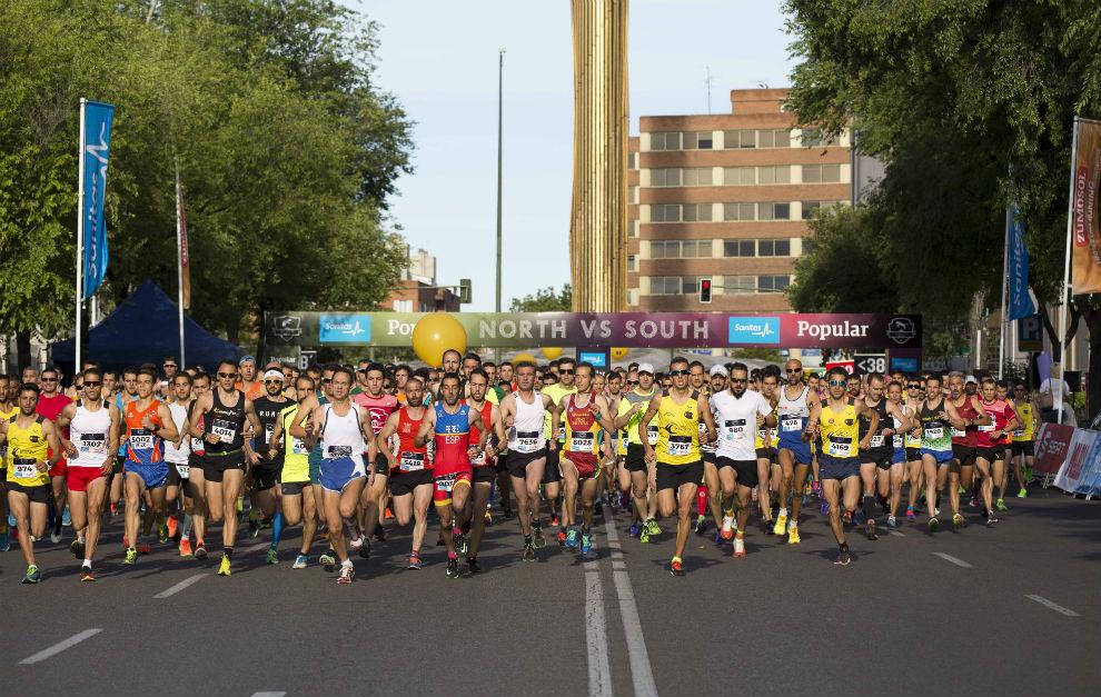 Los corredores en la salida de la prueba.