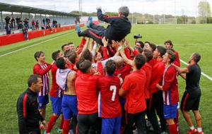 Los jugadores del juvenil mantean a �scar Fern�ndez, su entrenador.