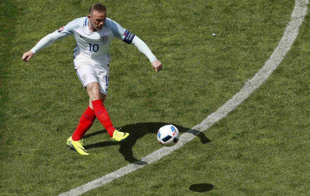 Rooney da un pase en el duelo ante Gales.