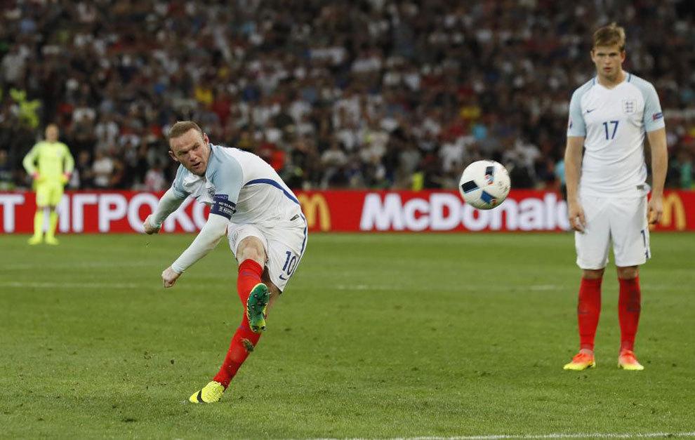 Rooney chuta a puerta.