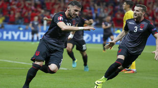 Sadiku celebra el gol de la victoria ante Rumanía.
