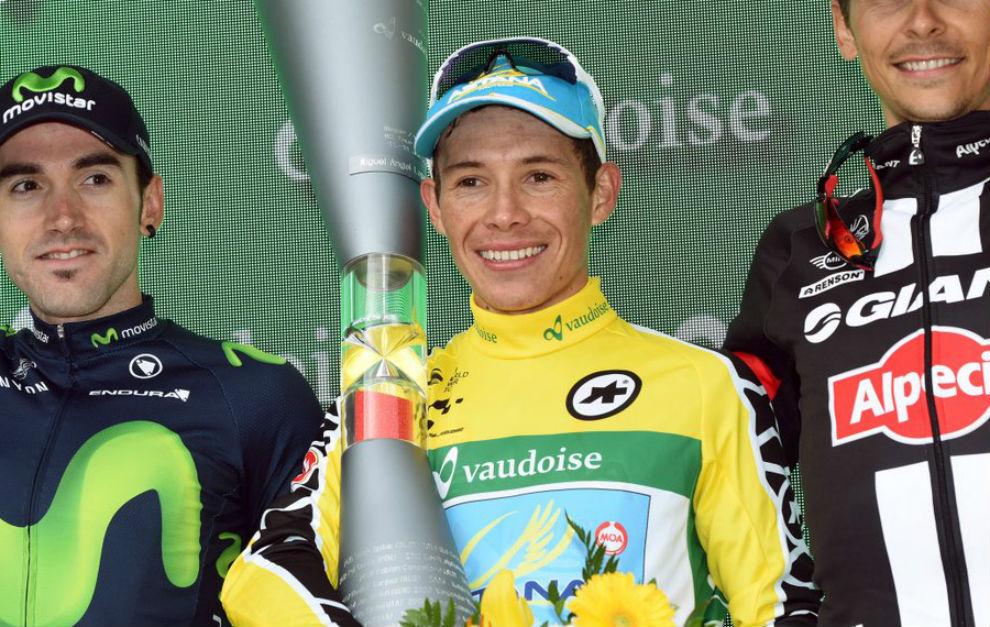 Miguel Ángel López en el podio como campeón de la Vuelta a Suiza.