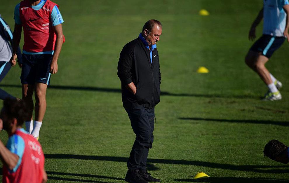 Fatih Terim cabizbajo en el entrenamiento del domingo de la selección...