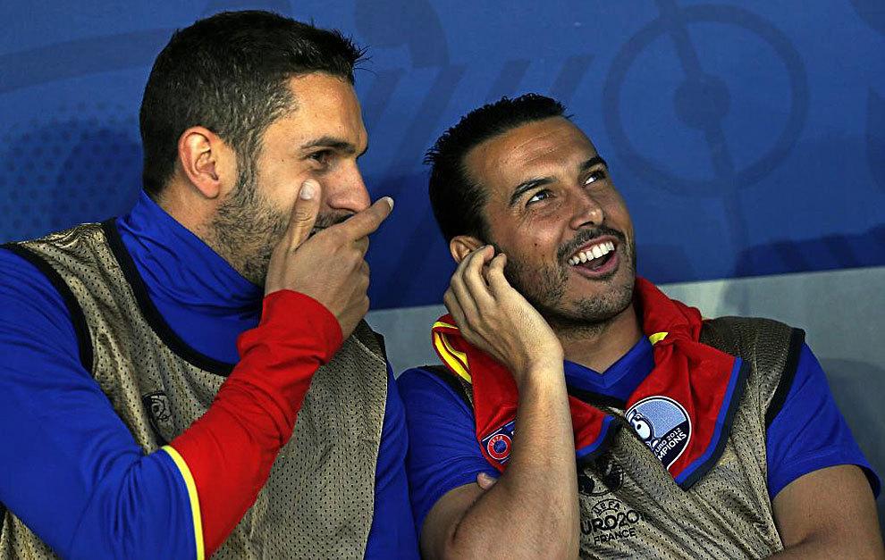 Pedro en el banquillo junto a Koke durante el partido frente a...