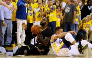 LeBron James y Stephen Curry, por los suelos en un momento del...