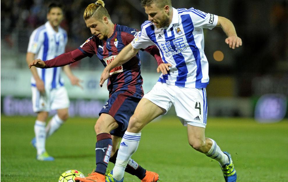 Keko intenta llevarse el balón en un partido del Eibar ante la Real.
