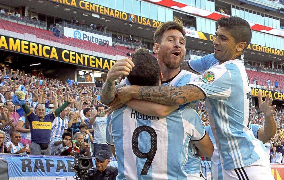 Messi, Higuaín y Banega celebran uno de los goles de Argentina a...