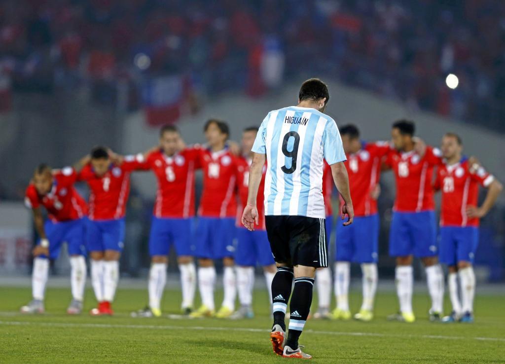Higuaín, cabizbajo en la tanda de penaltis ante Chile en la final de...