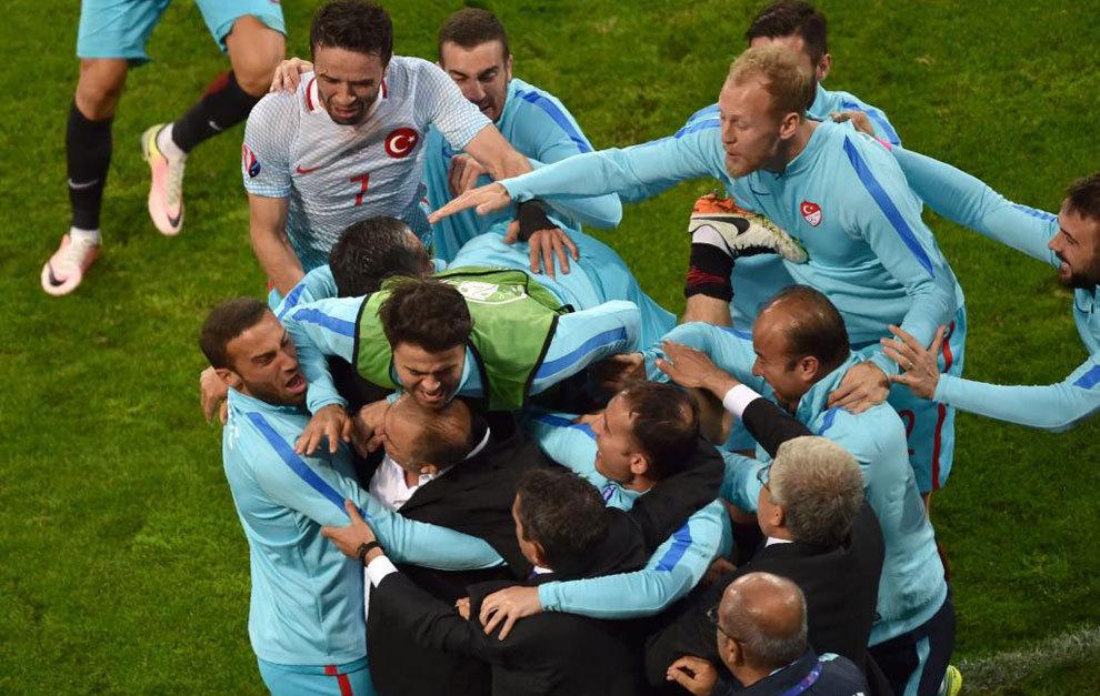 Los jugadores turcos saben que el segundo gol les da la vida