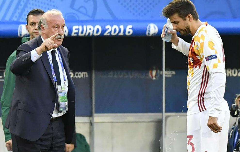 Del Bosque da una orden a Piqué durante el partido