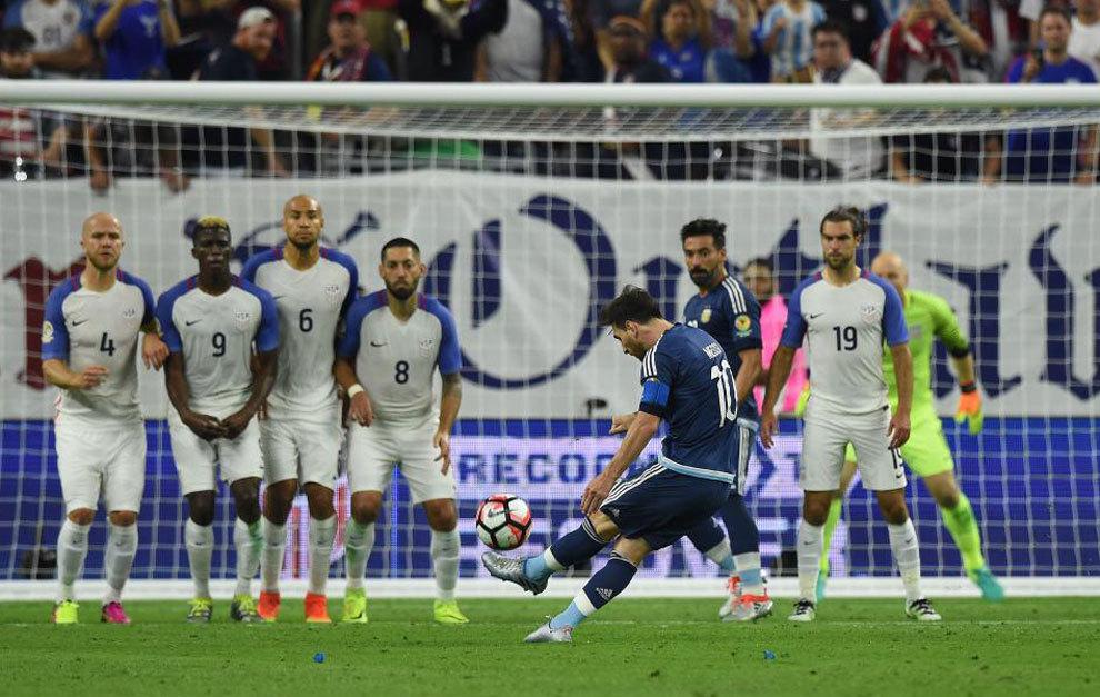 Messi golpea la falta del 0-2 ante Estados Unidos.