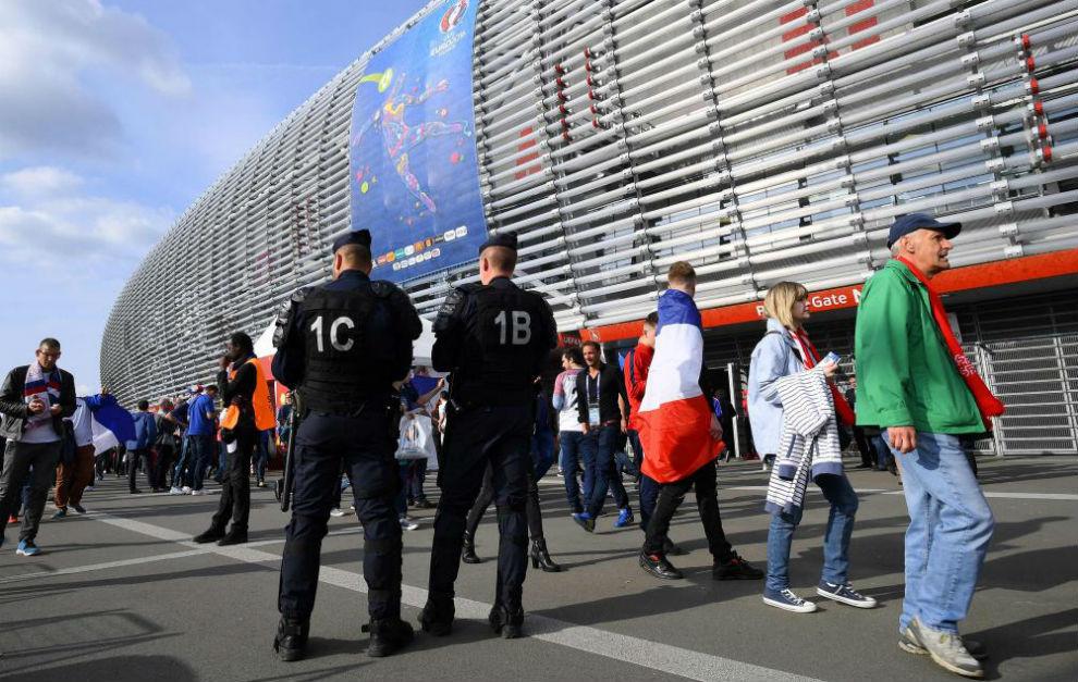 Dos policias vigilan el estadio Pierre Mauroy antes del Francia-Suiza