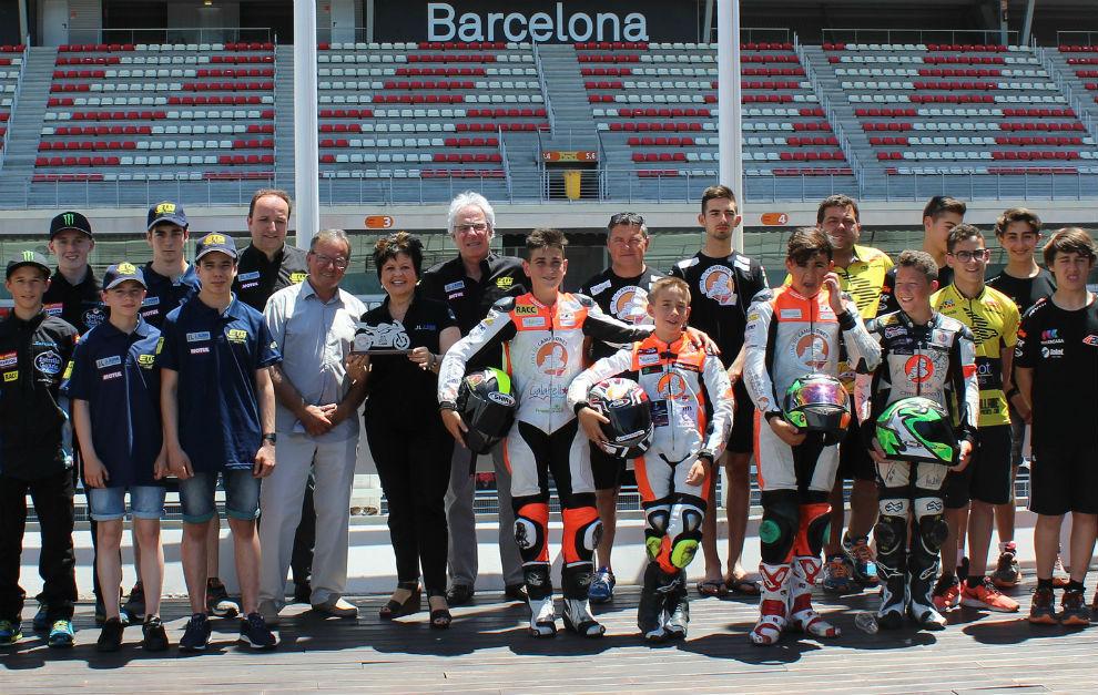 Los pilotos y equipos posan en Montmeló.