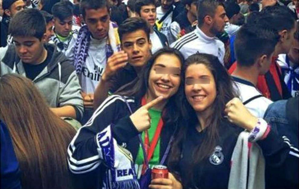 Sara Ezquerro y María Calvo celebrando la Champions en Cibeles