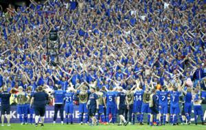 Los futbolistas de Islandia celebran con su afición el triunfo frente...