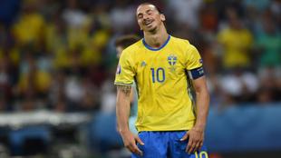 Ibrahimovic lamenta un error durante el partido.