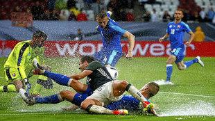 Mario Götze lucha con Martin Skrtel por la pelota durante el amistoso...